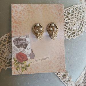Vintage Hattie Carnegie Gold Tone Clipon Earrings